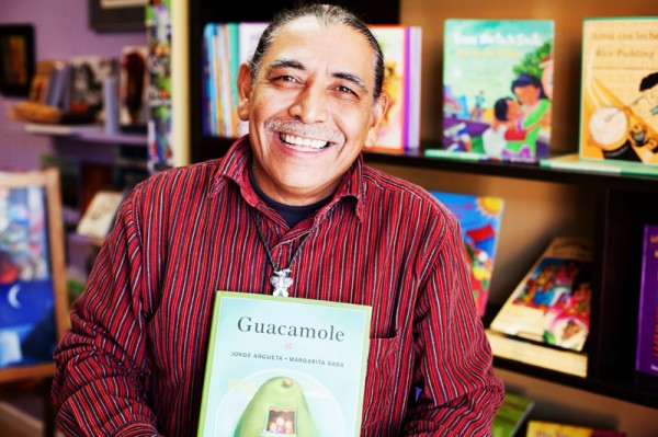 "Jorge Argueta recibió el premio a 'Mejor libro bilingüe ilustrado para niños' del International Latino Book Awards por su libro Guacamole. Jorge Argueta received the award for ""Best Illustrated Bilingual Children's Book"" of the year from the 'International Latino Book Awards' for his book ""Guacamole."" Photo Nina Menconi"