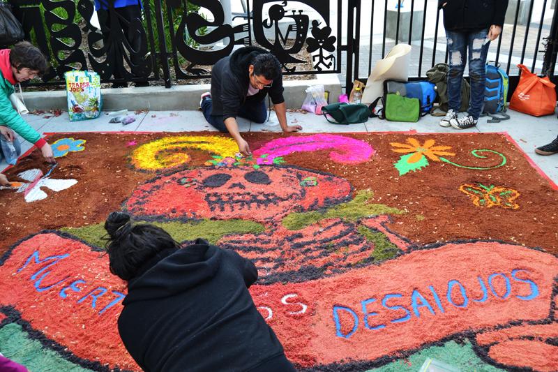 Celebración del Día de los Muertos en la calle Valencia. Day of the Dead Celebration on Valencia Street, Nov. 2. Photo Joelene Navarro