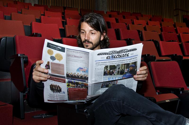 Diego Luna, director de César Chávez, lee El Tecolote antes de la