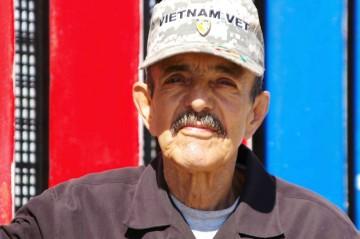Hector Barrios, en 2013, frente al Proyecto Mural de Veteranos Deportados en Playas de Tijuana, México. Hector Barrios in 2013 in front of the Deported Veterans Mural Project in Playas De Tijuana, Mexico. Photo Griselda St. Martin