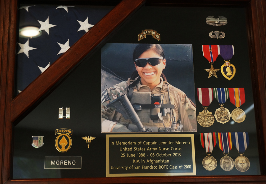 Placa conmemorativa a Jennifer Moreno, quien murió en la guerra en Afganistán. A plaque in honor of Jennifer Moreno, who died in the Afghanistan war. Photo Amos Gregory