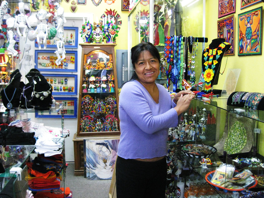 Connie Rivera, dueña de Mixcoatl Arts and Crafts y beneficiarios del programa ALAS. Su negocio está ubicado en el 3201 de la Calle 24, San Francisco desde hace 10 años. Connie Rivera, owner of Mixcoatl Arts and Crafts, and beneficiary of the ALAS program. Photo Verónica Henao