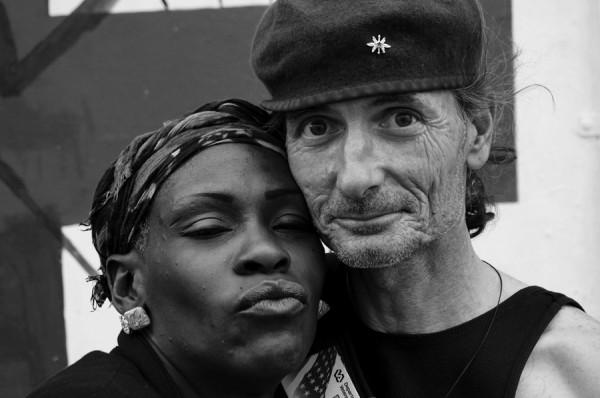 Chris S. (a la derecha), un indigente veterano del ejército de los EEUU y su pareja en el barrio Tenderloin de San Francisco. Chris S. (right), a homeless U.S. Army veteran, and his partner in San Francisco's Tenderloin neighborhood. Photo Amos Gregory