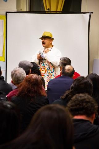 Roberto Hernández se dirige a los asistentes a la reunión de miembros de la comunidad y autoridades públicas 'Mission Peace Collaborative' en la escuela secundaria Everett. Foto Justin Jach/El Tecolote Archives