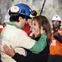 El minero Raúl Bustos abraza a una mujer luego de ser rescatado de una mina de oro y cobre en San José, Chile, donde estuvo atrapado junto con otro 32 mineros cerca de dos meses. Foto de Hugo Infante  cortesía del gobierno chileno.