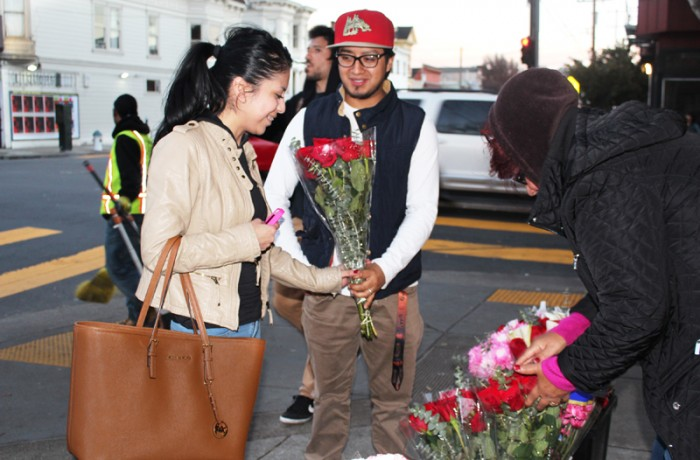 A couple buys flowers from Dalia Gutierrez on 24th Street. Photo Edgar Pacheco