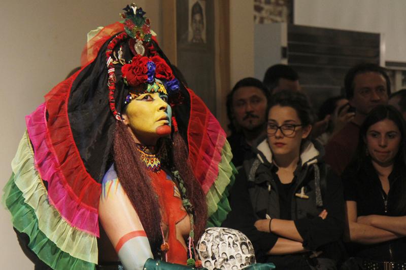 Asistentes a 'De Ayotzinapa a San Francisco', un evento de Somos 43, en la Code and Canvas Gallery, disfrutan de las representaciones artísticas en el escenario principal el 7 de febrero de 2015.  Photo Angelica Ekeke