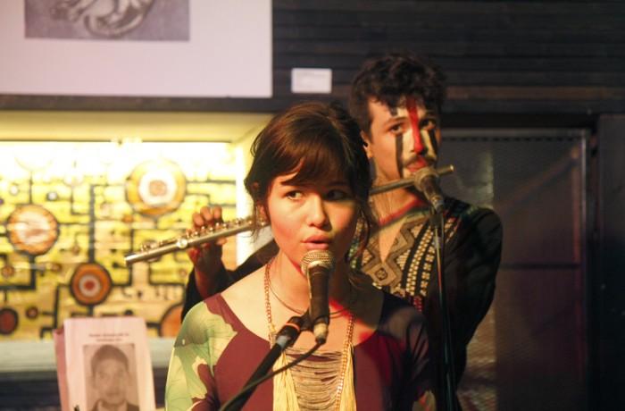 Camille Mai interpreta canciones compuestas y dedicadas a los 43 estudiantes en el evento 'De Ayotzinapa a San Francisco', realizado en la Code and Canvas Gallery el pasado 7 de febrero.