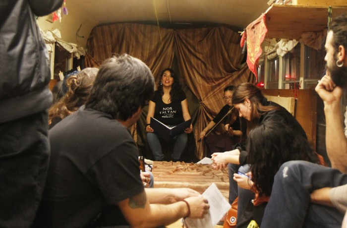 Asistentes observan una presentación de Arte Misa en el autobús Gonzalo Guerrero El Grillo durante el evento 'De Ayotzinapa a San Francisco'.
