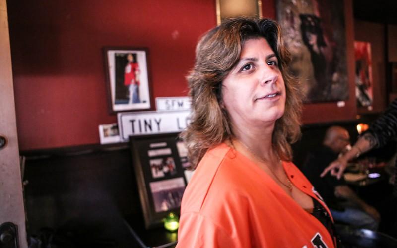 Lucy Santiago en Zoe's Bar & Restaurant para celebrar el cumpleaños 51 de Sandra Cuadra el 15 de febrero en San Francisco. Cuadra, líder de la comunidad e ícono de la Misión, murió de cáncer el 29 de octubre, 2013. Foto Joel Angel Juárez