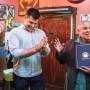 El editor del Westside Observer, Mitch Bull, y Alex Mullaney, el editor del Ingleside Light, presentan a Juan Gonzales un certificado de honor firmado por el Mayor de la Ciudad, Edwin M. Lee por sus tres décadas servicio como profesor de periodismo. Foto Nathaniel Y. Downes