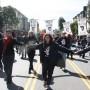 Manifestantes protestan por la brutalidad policial, tomados de las manos mientras caminan por la calle Valencia. Foto Alexis Terrazas