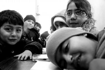 Niños sentados en sus escritorios de la escuela en Antakya, Turquía. Foto Amos Gregory