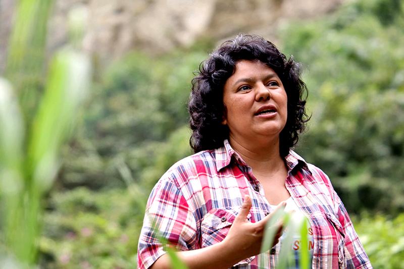 Berta Cáceres  cerca del Rio Gualcarque en la región Río Blanco al oeste de Honduras donde ella, la COPINH y pobladores de Río Blanco se han mantenido durante dos años luchando para detener la construcción del proyecto de la Hidroeléctrica Agua Zarca que pone en grave riesgo el medio ambiente local, al río y a las comunidades indígenas Lenca. Foto Tim Russo