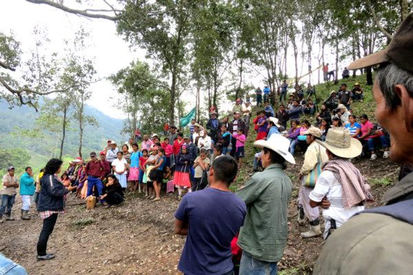 Berta Cáceres en la región del Río Blanco. Se reúne con miembros de la COPINH para conmemorar a los miembros asesinados durante los dos años de lucha.