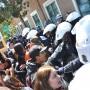 En la estación de Policía, los manifestantes, incluyendo a muchos estudiantes de preparatoria, fueron empujados por la policía, quienes trataban de despejar la acera. Foto Mabel Jiménez