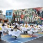 El contingente de Latin Dance Groves ensaya en la primara César Chávez, para su participación anual en el Desfile del Carnaval. Foto Armando Valdez