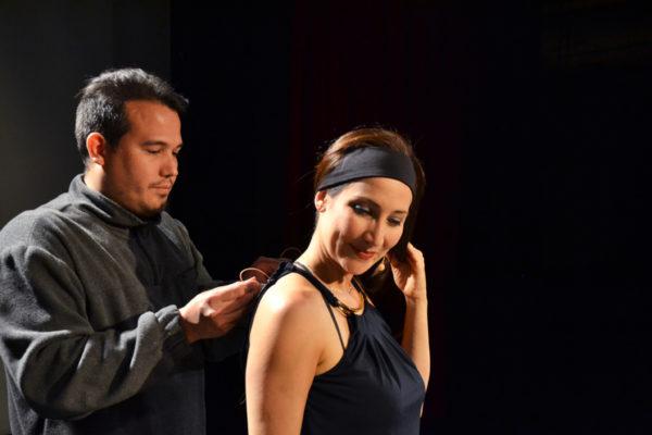 Alfonso López, coautor de 'Escándalo,' ayuda a su hermana Eliana, con un micrófono antes de comenzar con el ensayo de su obra. Foto Mabel Jiménez