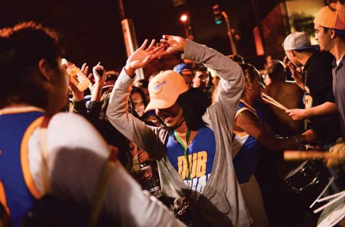 Fanáticos en la Mision despues de la victoria de los Warriors el 16 de julio. Revelers party in the Mission after the Warriors win the NBA title on June 16. Photo Beth LaBerge