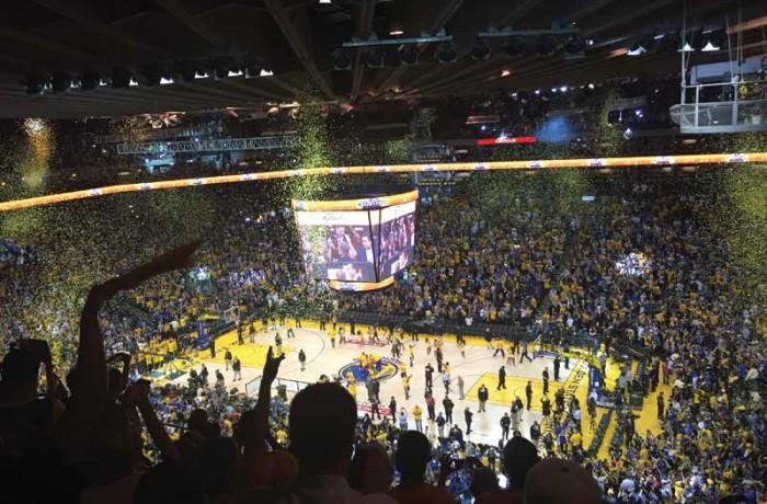Oracle Arena reacciona después que los Warriors ganan el título de la NBA contra los Cavaliers de Cleveland el 16 de Junio. Oracle Arena erupts after the Warriors defeat the Cleveland Cavaliers 105-97 on June 16 in the NBA Finals. Photo Kyle Esguerra