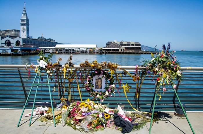 Un homenaje para Kathryn Steinle el 14 de julio, en el Muelle 14 en San Francisco. Steinle recibió un disparo en el pecho y luego falleció en el Hospital General de la ciudad. Foto Santiago Mejía