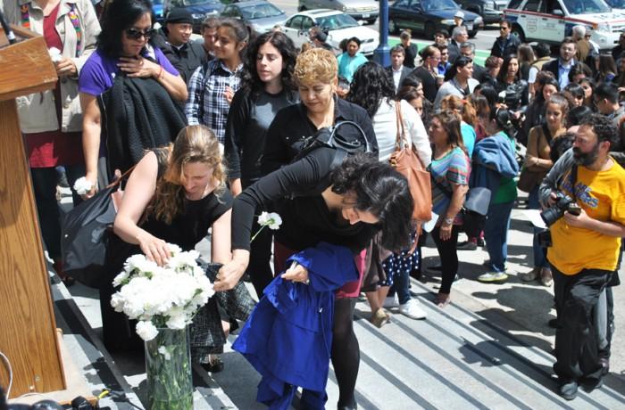 Una conferencia de prensa y oración se llevan a cabo en las escalinatas frontales del ayuntamiento en honor de Kathryn Steinle, quien recibió un balazo fatal durante una caminata por el Muelle 14. Foto Alejandro Galicia