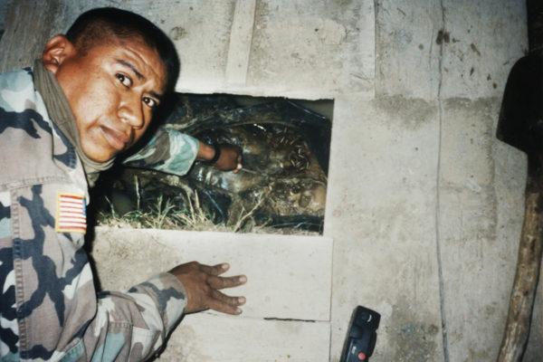 Fabian Rebolledo en 1999 recupera los cuerpos de aldeanos en Kosovo, Yugoslavia, quienes fueron asesinados por fuerzas serbias. Cortesía Fabian Rebolledo
