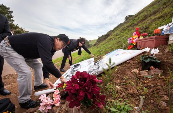 Refugio y Elvira Nieto, padres de Alejandro 'Alex' Nieto, colocan flores el cinco de enero sobre el lugar en donde Alex fue asesinado a tiros por la policía de San Francisco. A principios de agosto, SFPD cerró la investigación del caso Nieto. Foto Santiago Mejia