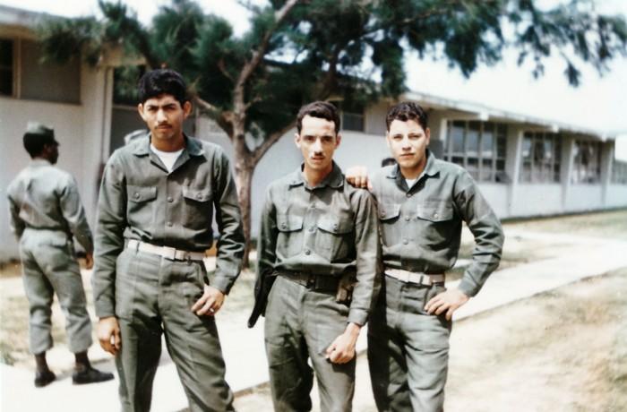 Tony Santiago (al centro) posa con dos soldados. Foto courtesía de Antonio Santiago