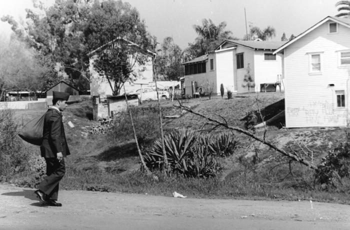 Soldado solitario camina por la calle. Courtesía de George Rodriguez