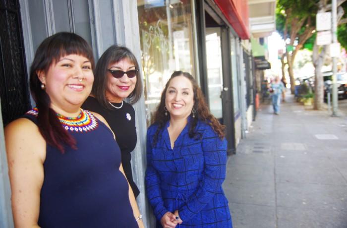 Desde la izquierda: la directora de la Galería de la Raza, Ani Rivera; la artista Lorraine García-Nakata y la co-curadora y profesora de estudios latinos en la Universidad Cornell, Ella Diaz. Foto S. Thollot