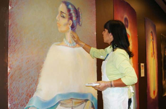 Lorraine García-Nakata en la Galería Kimball del Museo De Young. Courtesía Lorraine García-Nakata