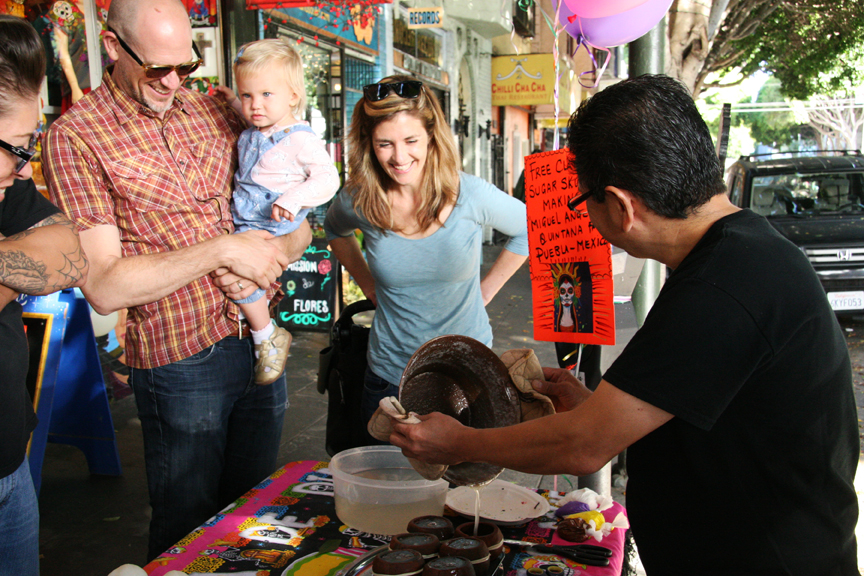 Miguel Luna Quintana demonstrates the sugar skull making process on 24th Street on Oct. 25. Photo Adrián Pintor