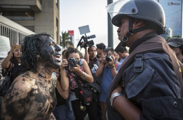 Activistas en Lima, Perú comenzaron una semana de manifestaciones fuera de la sede de Petroperú para expresar su indignación sobre dos derrames de petróleo recientes que han dañado gravemente los ecosistemas amazónicos. Foto Manuel Orbegozo