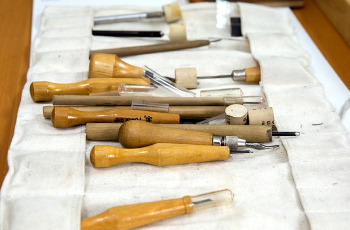 Carving tools at Juan Fuentes' studio. Photo Drago Rentería
