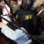 Una captura de pantalla de la fotógrafa de The Guardsman, Natasha Dangond siendo golpeada por el ayudante del alguacil, Osha, durante la protesta del 6 de mayo en el ayuntamiento. Video por Cece Carpio.