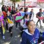 Estudiantes y familiares marchan desde la primaria Buena Vista Horace Mann hasta la John O'Connell High School como parte de la Marcha Mission Graduates hacia la Universidad el jueves 12 de mayo. El evento busca motivar a los estudiantes del Distrito de la Misión para que consideren asistir a la universidad. Foto Drago Rentería