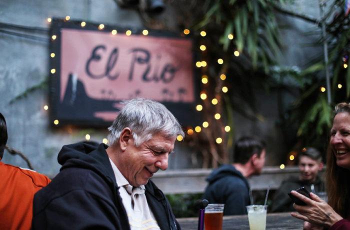 Tom Ruiz y Jan Goben has estado en San Francisco por más de 20 años. Ruiz vive a cuatro cuadras de donde ocurrió el incendio. Han perdido su lugar favorito para reunirse, el 3300 Club. Foto Jessica Webb