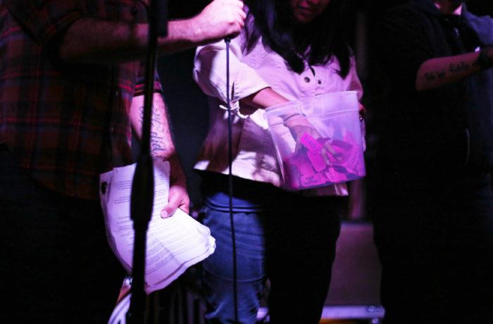 Los comercios locales donaron productos que fueron rifados durante los intervalos musicales. Foto Jessica Webb