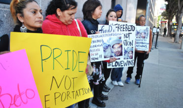 Protesters gather outside of the Immigration building demanding that ICE release Heriberto Nolasco and halt his deportation. Photo Alejandro Galicia Díaz