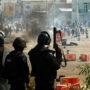 Altercados entre la policía y miembros del sindicato de docentes dejó al menos seis personas muertas y más de cien heridos en el estado de Oaxaca al sur de México. La violencia comenzó cuando la policía comenzó a desalojar a los manifestantes que bloquearon una carretera principal el 19 de junio. Foto: Jorge Luis Plata/Reuters