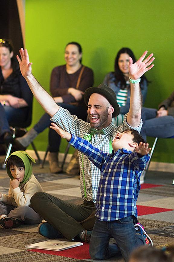 Francisco Rodríguez, actuando en la obra 'El día que los crayones renunciaron' para el Bay Area Children's Theater. Courtesía: Francisco Rodriguez