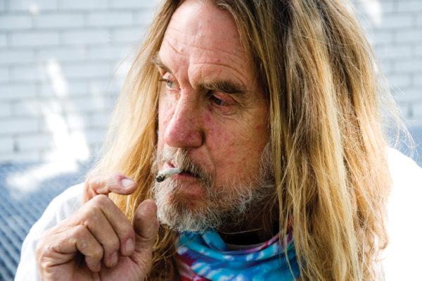 El paciente Jim Mix utiliza la marihuana durante una manifestación en contra de las medidas severas tomadas a nivel federal sobre los dispensarios de la cannabis. El Tecolote Archives/Foto: Mabel Jimenez