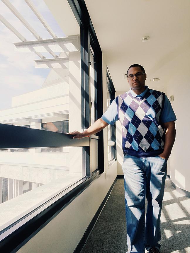 Jared Walker posa para un retrato en la Universidad Estatal en San Francisco, a donde pudo asistir con ayuda del Project Rebound, donde ahora trabaja. Foto: Ericka Cruz Guevarra