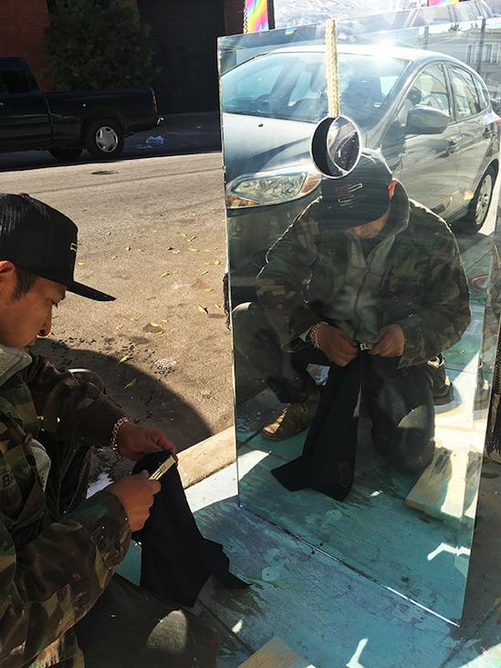 Javier Antonio Chab Dzul, de 41 años, asea un altar en honor de su amigo Luis Demetrio Góngora, quien fue acribillado por miembros de la policía de San Francisco el 7 de abril de 2016. Foto: Alejandro Galicia Diaz
