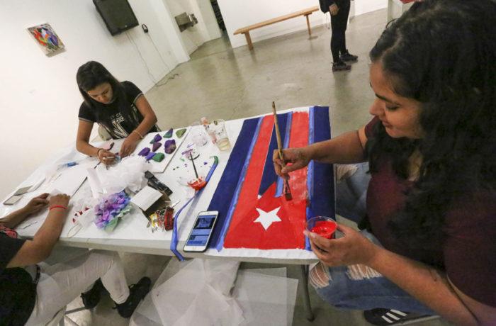 Las Young Queens on the Rise trabajan en su próxima exhibición de arte 'Aman nuestra cultura. Odian a nuestra gente'. La exhibición será presentada en la Southern Exposure Gallery, en el Distrito de la Misión, del 9 al 17 de diciembre. Foto: Jessica Webb