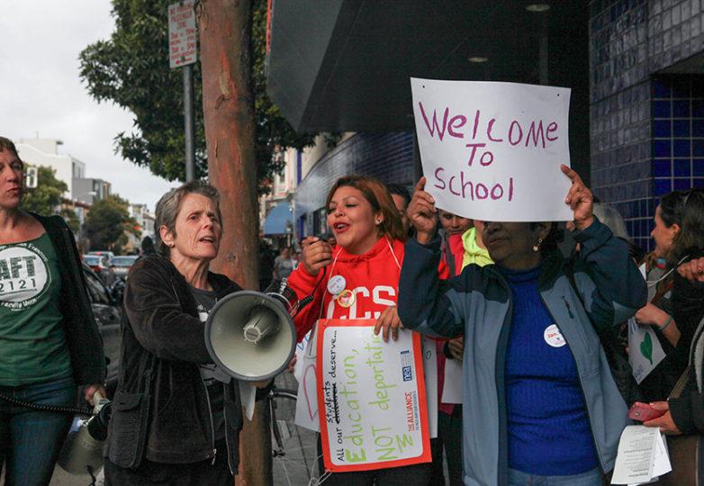 Docentes y alumnos del CCSF marchan y forman un 'Muro humano' al frente del campus Misión el 19 de enero de 2017, luego de asistir a la manifestación en la cual se reafirmó dicha institución como santuario para la comunidad estudiantil indocumentada. Foto: Cassie Ordonio