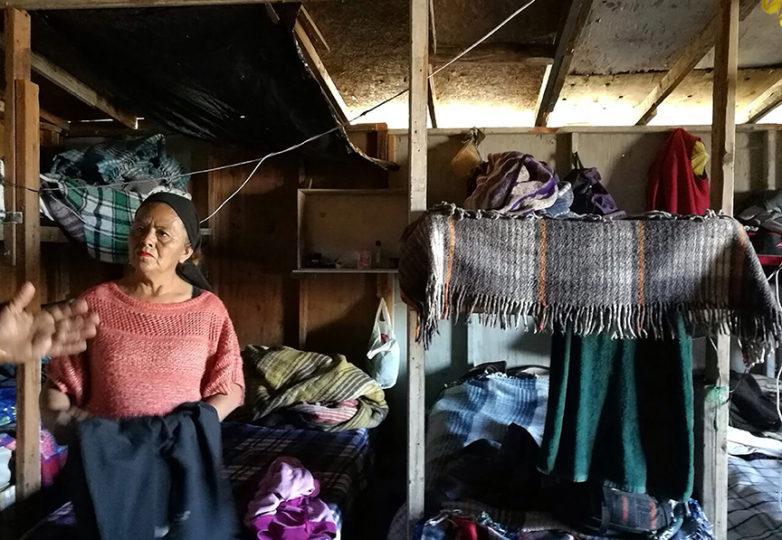 Un voluntario de Misión Evangélica Roca de Salvación, refugio en Tijuana, México, ayuda a organizar la ropa para los refugiados haitianos. Foto: Francisco Orozco