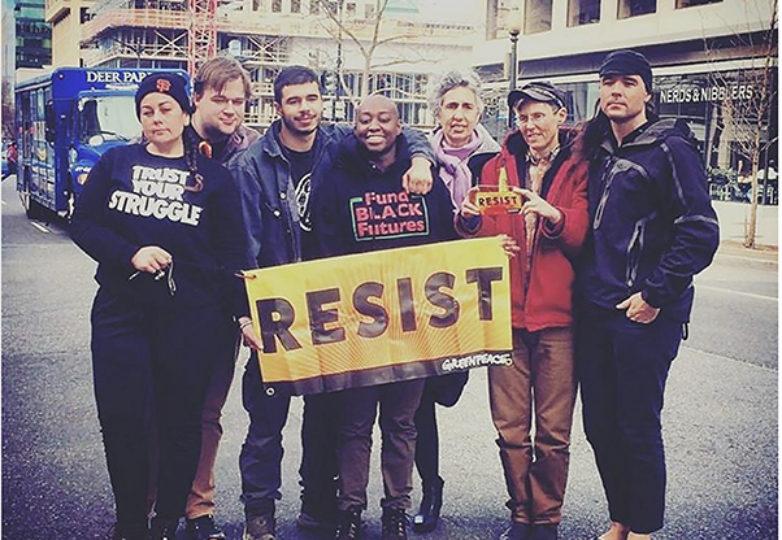 Los activistas de Greenpeace (comenzando por la izquierda): Nancy Pili Hernandez, Zachary Riddle, Zakaria Kronemer, Pearl Robinson, Karen Topakian, Zeph Fishlyn y Josh Ingram. Courtesía: Pearlie Robinson