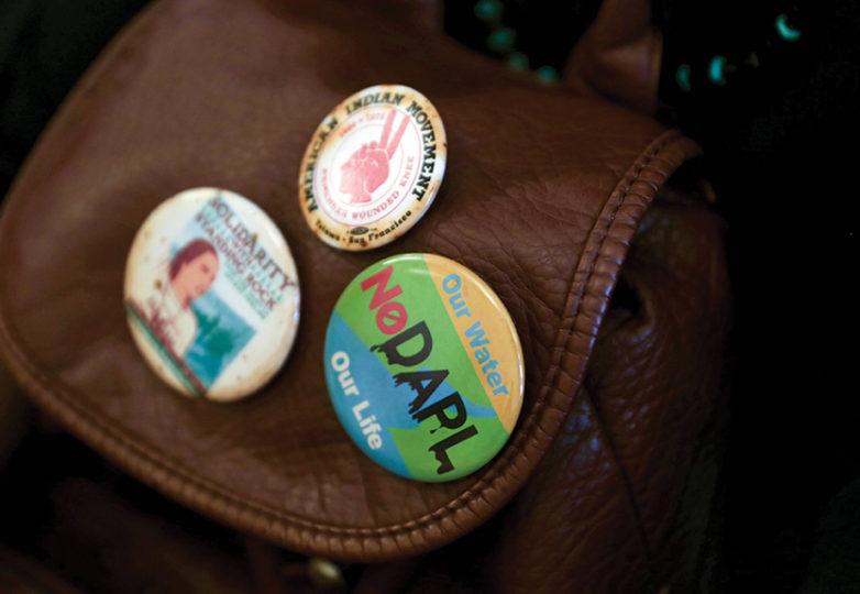 Broches sobre NO DAPL se pueden ver en la mochila de Zizi, en la oficina de Sandra Lee Fewer, Supervisora de Distrito 1, el martes 14 de marzo de 2017, en San Francisco. Zizi tiene familia en Dakota del Norte, que será afectada por el gasoducto. Foto: Gabriella Angotti-Jones